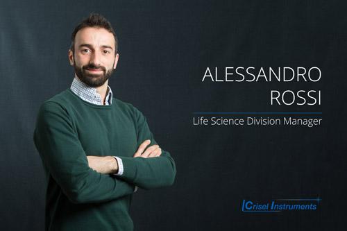Alessandro Rossi - Life Science Division Manager  Ha studiato Fisica con indirizzo Ottica Quantistica, è responsabile della Divisione di Biologia e si occupa della realizzazione di sistemi integrati di microscopia in fluorescenza, microscopia confocale, super risoluzione, elettrofisiologia,  fluorimetria, optogenetica, FRAP, FRET, FLIM e high-content screening.
